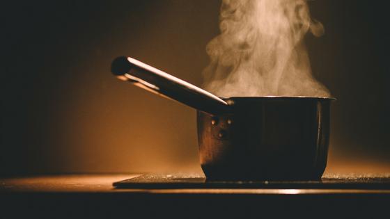 鍋で茹でている所