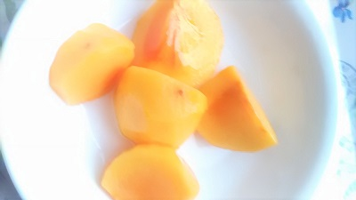 切った柿の実
